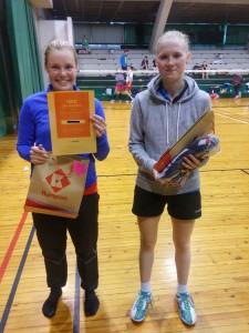 A-kaksinpeli, vasemmalla voittaja Sara Tuomala sekä Nella Siilasmaa.